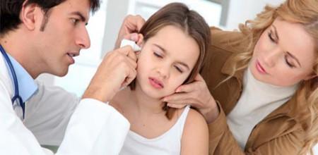 осмотр врача больных детских ушей