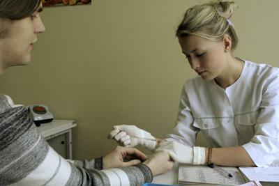 процесс изъятия крови из пальца