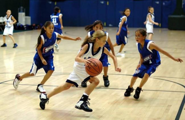 Девочки играют в баскетбол