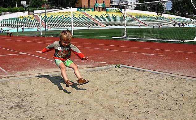 Ребёнок прыгает в длину