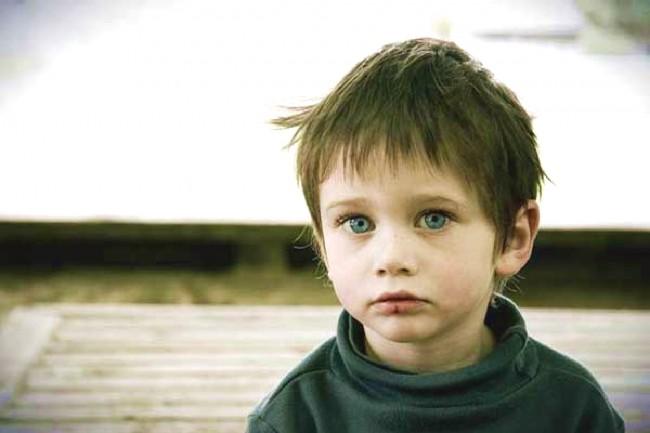 Худой ребенок в свитере