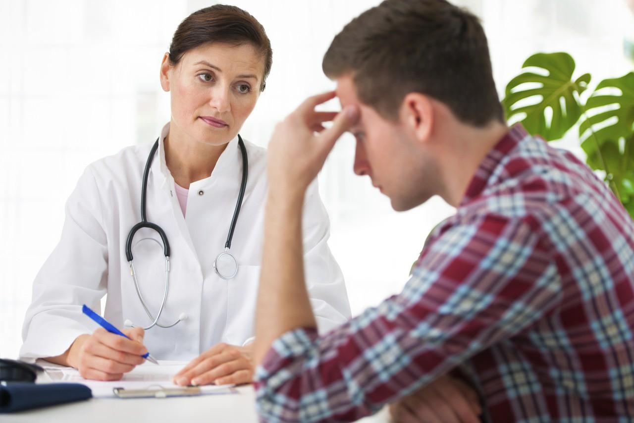 У мужчины моча выделяется с кровью, что это значит и как лечить?