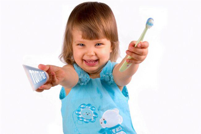 ребёнок с зубной щёткой