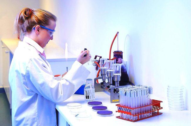 Девушка в лаборатории