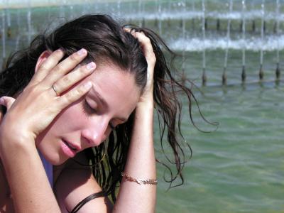 Девушка у фонтана