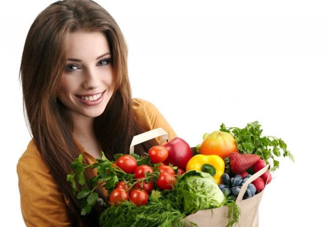 Девушка с пакетом овощей и фруктов