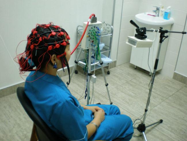 Пациентке снимают ЭЭГ