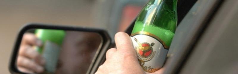 Водитель с бутылкой пива