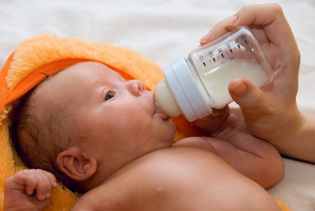Младенец ест из бутылочки